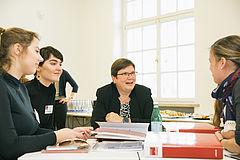 Vertrauensdozentin Prof. Witt-Bartsch im Gespräch mit neuen Studierenden